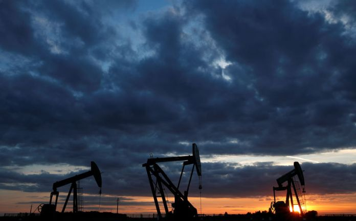 © Reuters. Oil is rising, supported by a lack of US inventories and optimism in Chinese demand