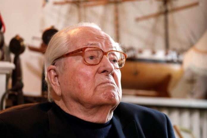 © Reuters. Jean-Marie Le Pen, founder of France's far-right National Front political party, reacts during an interview with Reuters in Montrerout