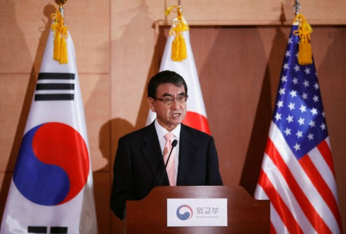 © Reuters. Japan's Foreign Minister Taro Kono addresses a joint news conference alongside U.S. Secretary of State Mike Pompeo and South Korean Foreign Minister Kang Kyung-wha at the Foreign Ministry in Seoul