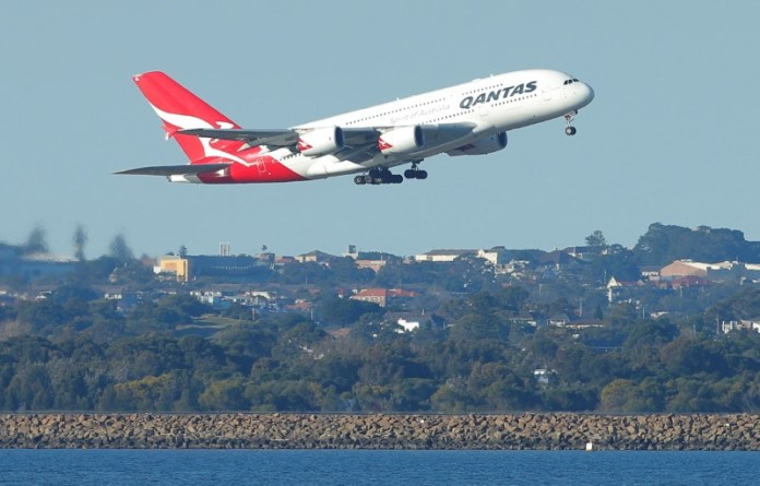 © Reuters. FILE PHOTO - A Qantas A380 aircraft takes off from Sydney International Airport in Australia