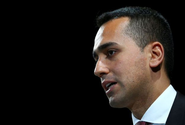 © Reuters. Italian Minister of Labor and Industry Luigi Di Maio speaks at the Italian Business Association Confcommercio meeting in Rome