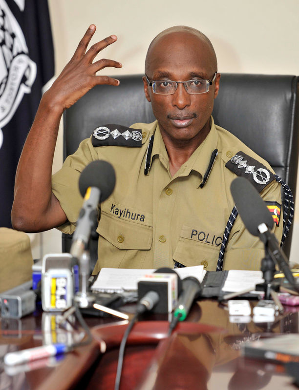 © Reuters. FILE PHOTO: Uganda's Inspector General of Police Kayihura gestures during a presentation to the media in Kampala