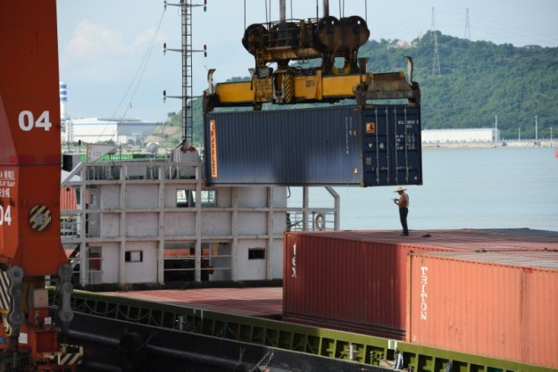 © Reuters. Shipping containers are seen on a cargo vessel at the Dachan Bay Terminals in Shenzhen