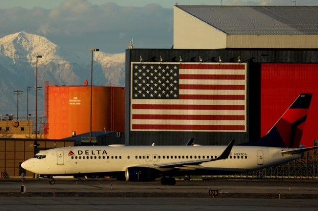 © Reuters. FILE PHOTO: A Delta Air Lines Boeing 737 plane arrives in Salt Lake City