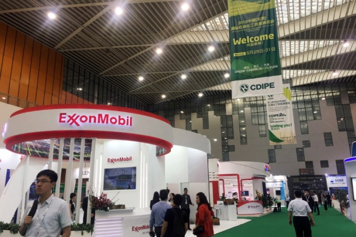 © Reuters. FILE PHOTO: Booth of U.S. major ExxonMobil is seen at the China (Dongying) International Petrochemical Trade Exhibition in Dongying