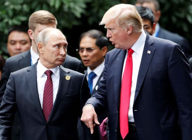© Reuters. FILE PHOTO: U.S. President Donald Trump and Russia's President Vladimir Putin talk during the family photo session at the APEC Summit in Danang, Vietnam