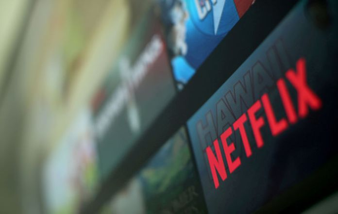 © Reuters. FILE PHOTO: The Netflix logo on a television in Encinitas