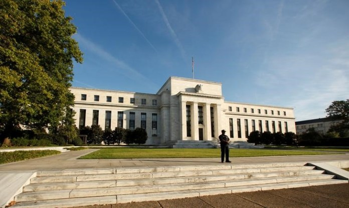 © Reuters. A police officer keeps watch in front of the U.S. Federal Reserve in Washington