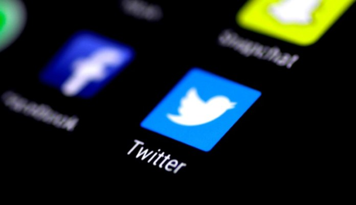© Reuters. FILE PHOTO: The Twitter application is seen on a phone screen