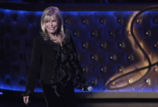 © Reuters. Singer Nancy Sinatra walks on stage during Sinatra 100 - An All-Star Grammy Concert in Las Vegas