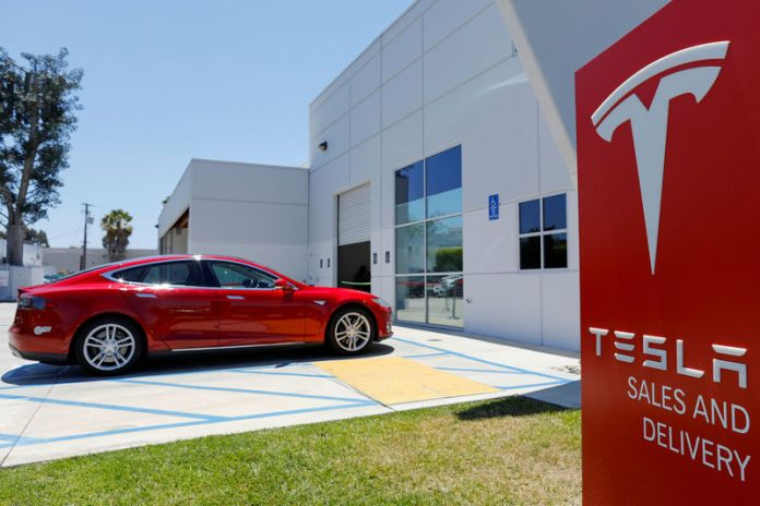© Reuters. FILE PHOTO: FILE PHOTO: A Tesla sales and service center is shown in Costa Mesa, California