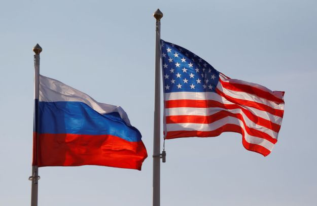© Reuters. FILE PHOTO: National flags of Russia and U.S. fly at Vnukovo International Airport in Moscow
