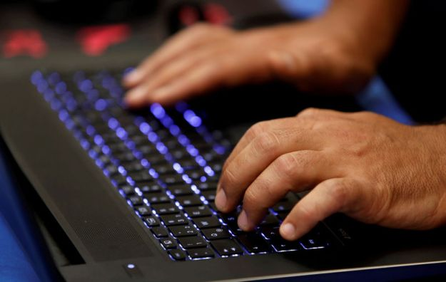 © Reuters. FILE PHOTO: A man types into a keyboard during the Def Con hacker convention in Las Vegas