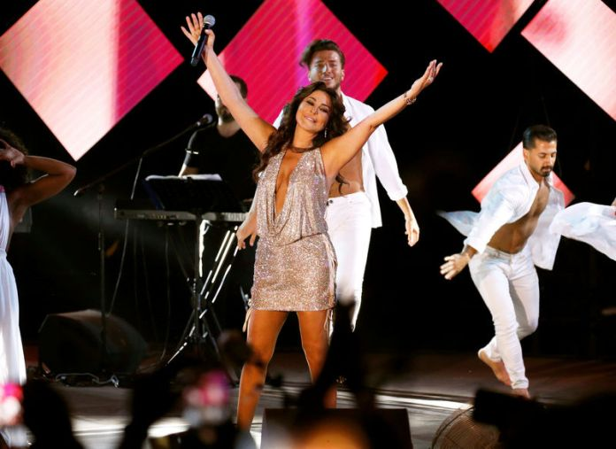 © Reuters. Lebanese pop singer Elissa gestures as she performs at Beirut waterfront