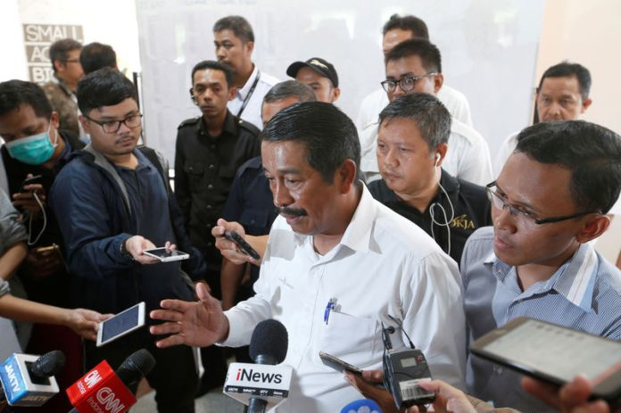 © Reuters. CEO of Lion Air Group, Edward Sirait, talks to the media after a news conference near Jakarta