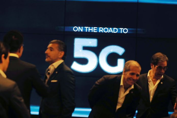 © Reuters. People speak before the first demonstration of the technology 5G in Lisbon