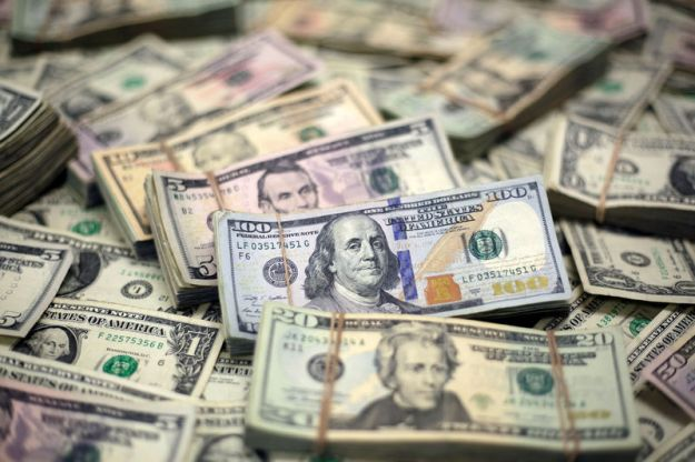 © Reuters. FILE PHOTO: U.S. Dollar banknotes are seen in this photo illustration