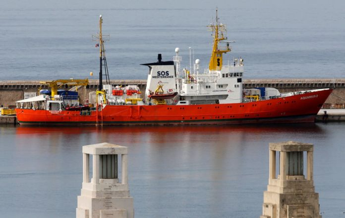 © Reuters. FILE PHOTO: The Aquarius rescue ship is moored at the port of Marseille