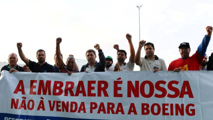 © Reuters. FILE PHOTO: Employees of Embraer protest against the company sale to Boeing in Sao Jose dos Campos