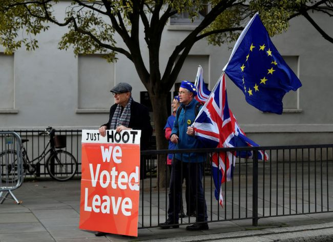 © Reuters. FILE PHOTO: Pro-Brexit and anti-Brexit protesters hold posters and flags in Whitehall