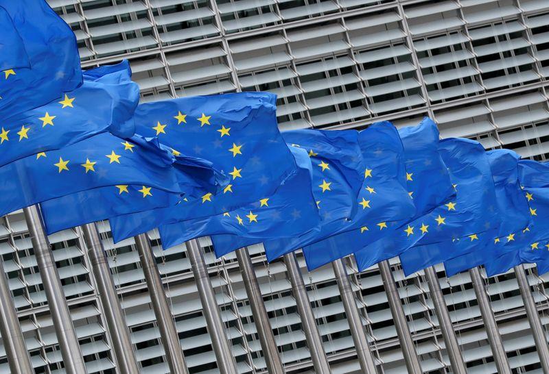 © Reuters. Le bandiere dell'Unione europea fuori dalla sede della Commissione europea a Bruxelles