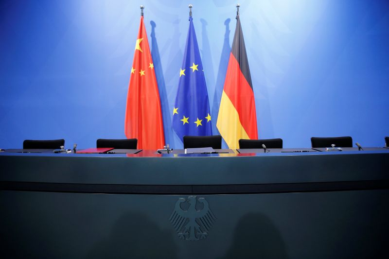 © Reuters. Una bandiera cinese, una bandiera della Ue e una bandiera tedesca presso la Cancelleria a Berlino