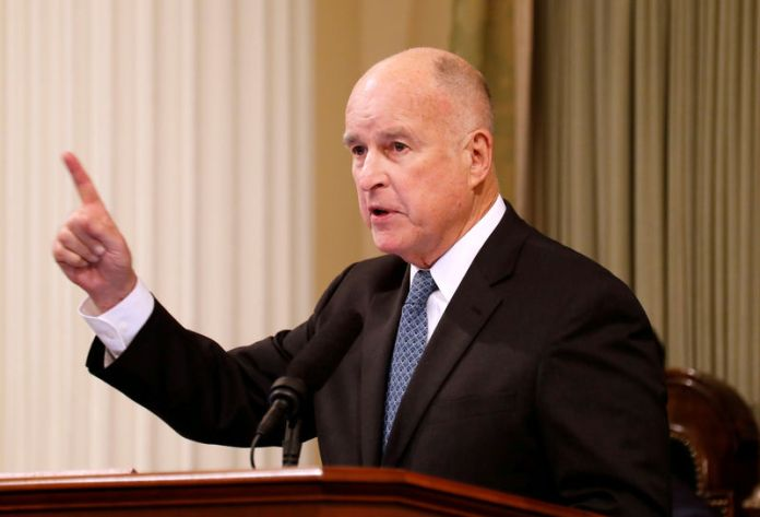 © Reuters. FILE PHOTO: California Governor Jerry Brown delivers his final state of the state address in Sacramento,