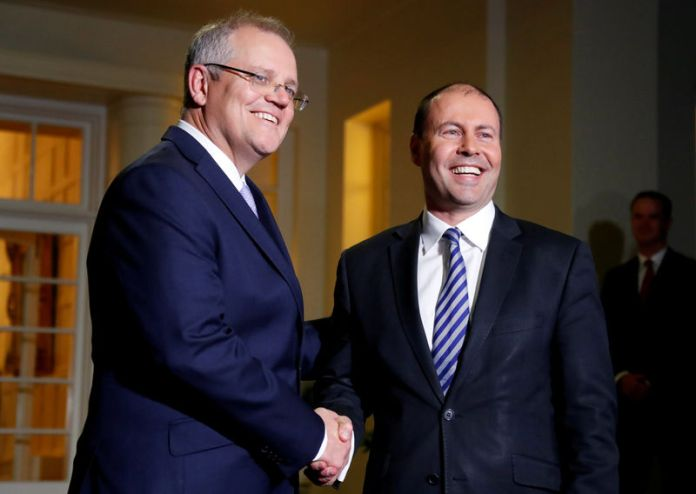© Reuters. The new Australian Prime Minister Scott Morrison shakes hands with the new Treasurer Josh Frydenberg after the swearing-in ceremony in Canberra