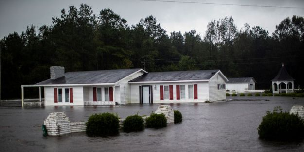 © Reuters. A house is seen flooded by rain after Hurricane Florence swept through the town of Wallace