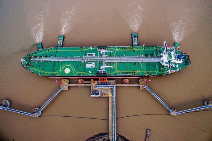 © Reuters. FILE PHOTO: Oil tanker unloads crude oil at a crude oil terminal in Zhoushan