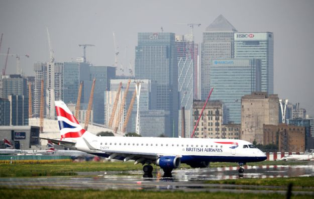 © Reuters. FILE PHOTO: A British Airways jet taxis at City Airport in London