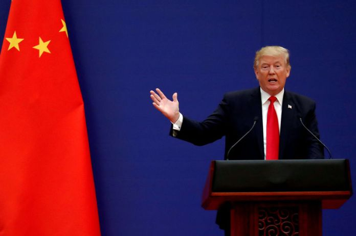 © Reuters. FILE PHOTO: FILE PHOTO: U.S. President Donald Trump delivers his speech as he and China's President Xi Jinping meet business leaders at the Great Hall of the People in Beijing