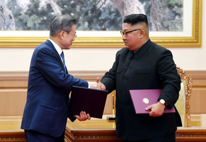 © Reuters. South Korean President Moon Jae-in shakes hands with North Korean leader Kim Jong Un after signing the joint statement in Pyongyang