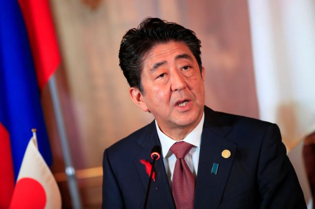 © Reuters. Japanese Prime Minister Shinzo Abe attends the joint news conference of the Japan-Mekong Summit Meeting at the Akasaka Palace State Guest House in Tokyo
