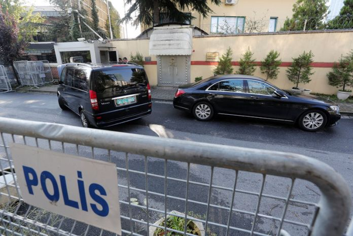 © Reuters. Vehicles with diplomatic plates are seen in front of Saudi Arabia's consulate in Istanbul