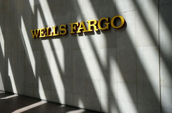 © Reuters. FILE PHOTO: The sign outside the Wells Fargo & Co. bank in downtown Denver