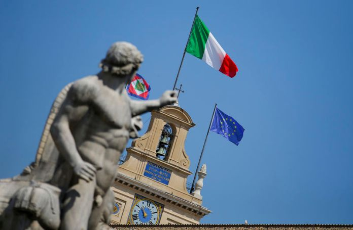 © Reuters. The Italian national flag flutters atop of the Quirinale presidential palace in Rome
