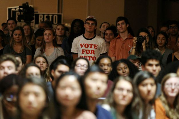 © Reuters. FILE PHOTO: Supporters listen as U.S. Rep. O'Rourke during a campaign rally at the University of Texas at Austin