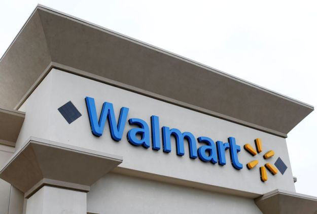 © Reuters. FILE PHOTO: Walmart store in Encinitas, California