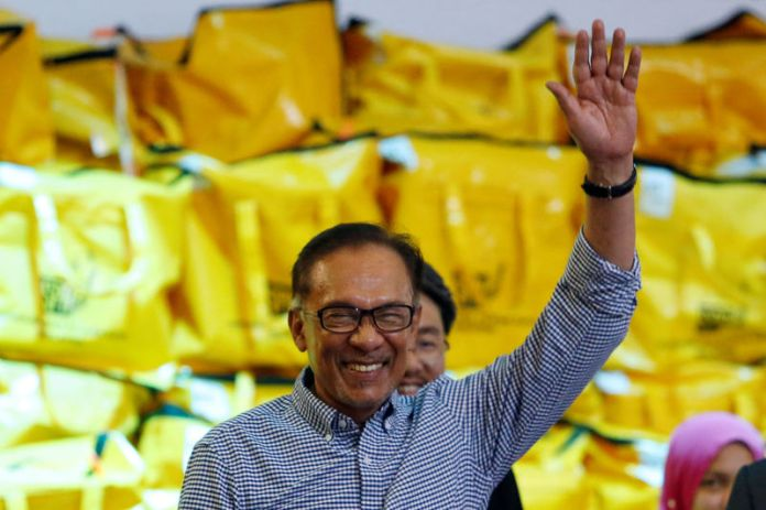 © Reuters. Malaysia's politician Anwar Ibrahim celebrates after winning the by-election in Port Dickson