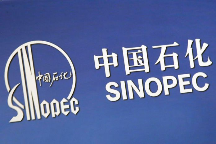 © Reuters. The company logo of China's Sinopec Corp is displayed at a news conference in Hong Kong