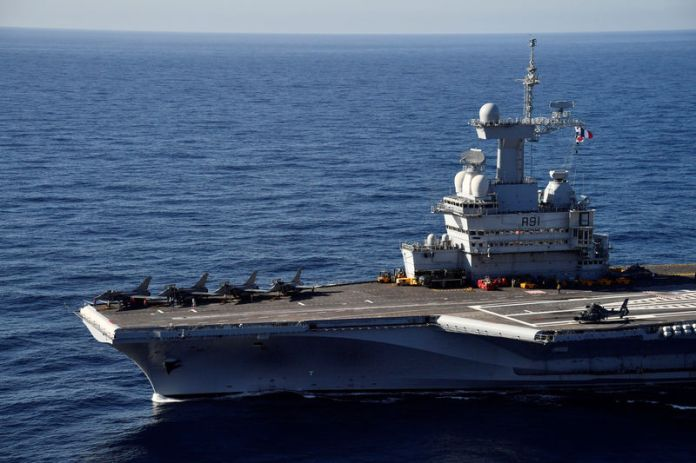 © Reuters. A picture taken off Toulon shows the aircraft carrier