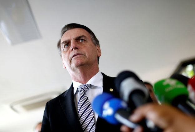 © Reuters. Brazil's President-elect Jair Bolsonaro talks to the media, in Brasilia