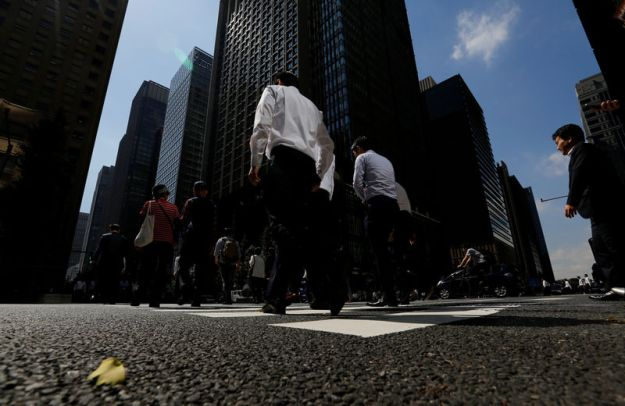 © Reuters. People walk on a crosswalk at a business district in central Tokyo