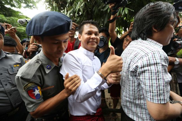 © Reuters. Phyo Wai Win, a reporter at Eleven Media arrives after being detained at Tamwe court in Yangon