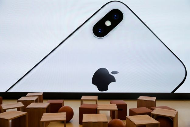 © Reuters. An iPhone X is seen on a large video screen in the new Apple Visitor Center in Cupertino