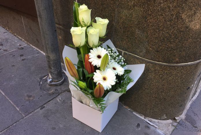 © Reuters. A box of flowers is seen at the site a day after where a man killed one person in what authorities said was a terrorist attack, near the Bourke Street mall in central Melbourne