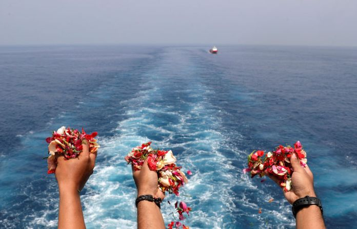 © Reuters. Families and colleagues of passengers and crew of Lion Air flight JT610 throw flowers and petals from the deck of Indonesia Navy ship KRI Banjarmasin as they visit the site of the crash to pay their tribute, at the north coast of Karawang