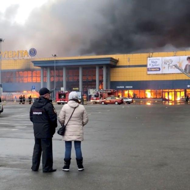 © Reuters. A supermarket fire is seen in St. Petersburg