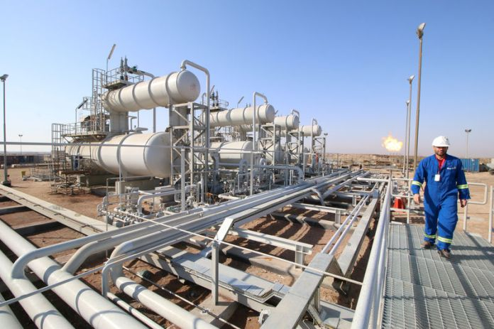 © Reuters. FILE PHOTO: A worker walks at Rumaila oil field in Basra
